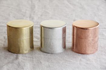 職人さんの手でひとつひとつ丁寧に作られる缶は、毎日触ることで手になじみ、色も変化していきます。