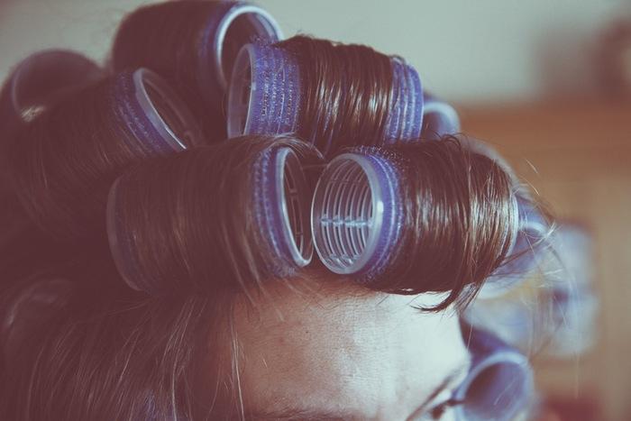 前髪以外のカーラーを外す時に、カーラーをまっすぐ引っ張って、せっかく巻いて作ったカールをのばしちゃってませんか? カーラーの巻き終わりのところの毛束を持って、髪の毛が螺旋状になるように外すと、せっかくのカールをのばさないで外せます。