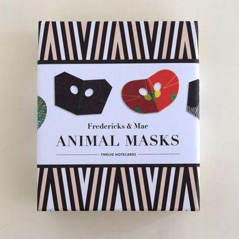 名前の通り、動物の顔を模したマスク。実はこれ、グリーティングカードになるんです。封筒もセットされて至れり尽くせり。大切な人に気持ちを届けるもよし、もちろん、インテリアにするのもよし!ですよ。