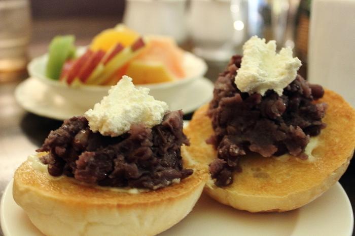 地元の人や観光客で賑わう人気の老舗喫茶店「coffee shop KAKO」では、自家製パンを使った「小倉カイザー」が大人気。外はサクッ、中はフワッの絶品パンに、あんと生クリームがトッピングされています。