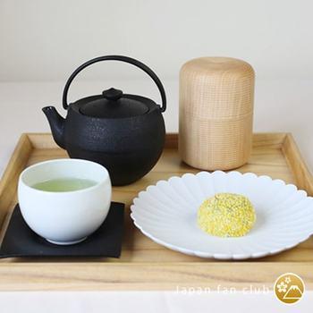 約450年続く山中漆器の技術が光る、我戸幹男商店の茶筒「かるみ」は、本体部分とフタがピタッとはまり、緑茶、ハーブティ、そしてコーヒーの保存にも使える、デザイン性の高い逸品です。