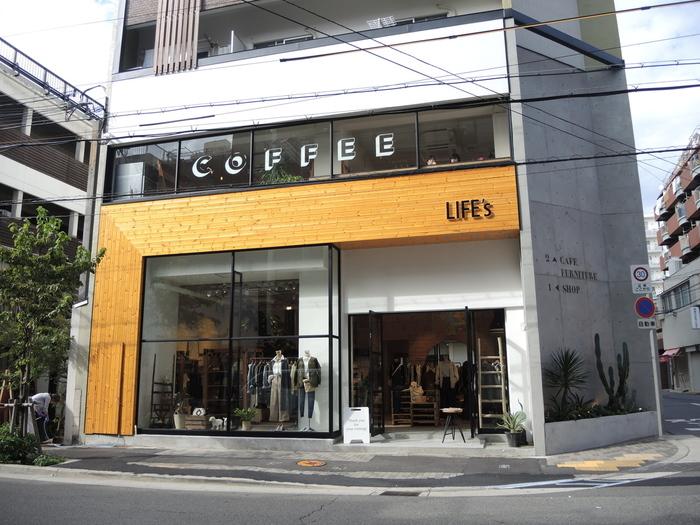 2015年オープンの比較的新しいカフェです。一階はアパレルショップになっており、階段を上がるとカフェがあります。