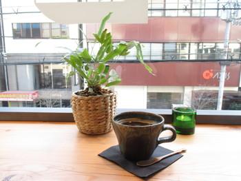窓から外をみながら飲むコーヒーは絶品!コーヒー以外にも、ラテなどを揃えています。