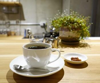 1杯ずつ丁寧にハンドドリップされたコーヒーは格別で、おまけにかりんとうやクッキーなど、それぞれのコーヒーに合ったお菓子が付いてきます。