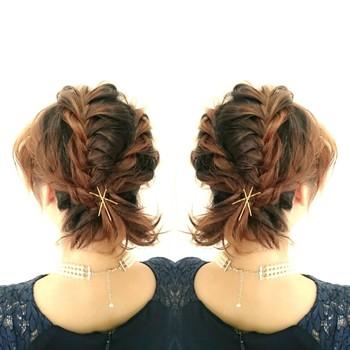 伸ばしかけのショートヘアの方にオススメの編込みアレンジスタイルです。後れ毛を気にせず大きく後ろに編込みを作った後に、サイドを優しくねじってとめれば完成。パーティーにもオススメのスタイルです。