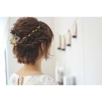 肩上のヘアでも楽しめるのが、編み込みスタイル。慣れてきたら毛糸を一緒に編み込んで、また違った遊び心のあるアレンジも出来ちゃいます。