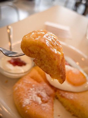 MATSUNOSUKEと言えば、アップルパイも人気ですが、ベーコンエッグがトッピングされたパンケーキがおすすめ!ふわふわのパンケーキにたっぷりシロップをしみこませて召し上がれ!甘じょっぱいベーコンエッグとの組み合わせは、一度食べたら、病みつきになる美味しさです!あま