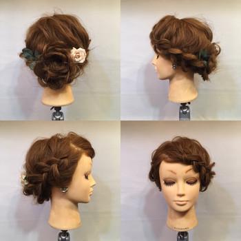 前髪をすくいながらサイドに大きめに編み込みを作っていく、前髪ありのロングヘアの方がルーズにまとめたい時のオススメのスタイルです。着物にも合いますね。