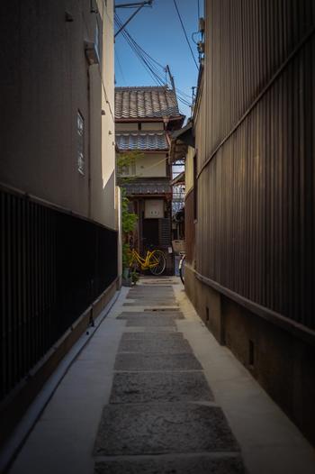 """御池通りから柳馬場通に入り、少し歩いたところにある小路を進むと現れるお店""""火裏蓮花""""は、隠れ家みたいで、しっとりとした大人の雰囲気。"""
