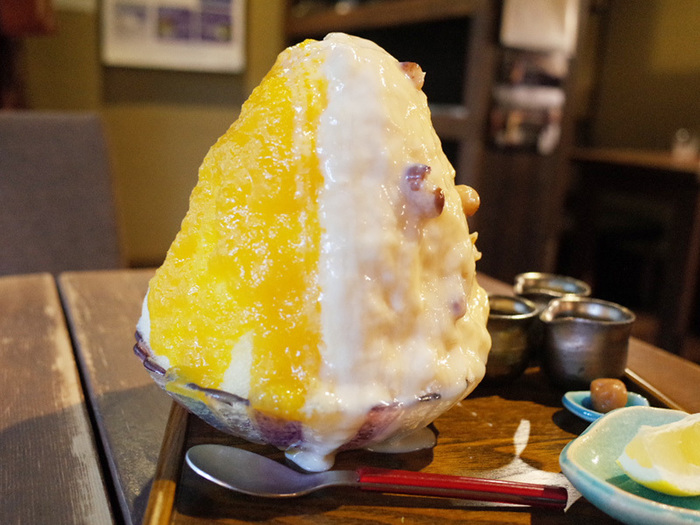 そして、ここで頂けるのは14時から17時までの3時間だけ限定で頂けるかき氷。種類は、980円の「今様あまづらの白きに」「橘香るけづり氷」の2種類と、この2つのかき氷が両方楽しめる1500円の「富士の高峰に…」の計3品。とにかく、ここのかき氷は美味しいと評判!見た目にはボリューム満点ですが、ペロッと食べれちゃう美味しさです。