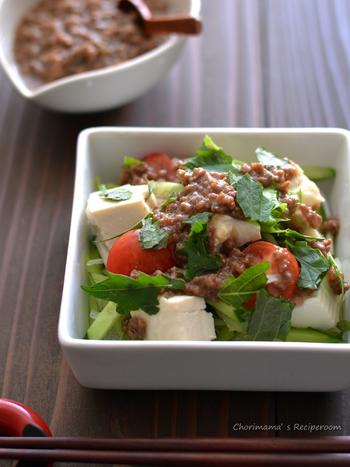 レンジでチンするだけで作れる肉垂れは、サラダなどのソースにつかえます。調味料とひき肉を混ぜてチンするだけ!これ以上にない手軽さです。