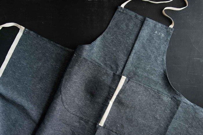 潔いインディゴが印象的な「アルディン」のエプロンは、山梨県の富士山の麓、富士吉田市にあるリネンの織物工場で産まれました。
