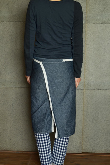 バックスタイルも抜かりなく、おしゃれ心をくすぐり、「アルディン」のエプロンに合わせて洋服をコーディネートしたくなるデザインです。