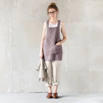 「not PERFECT LINEN」という、ユニークなネーミングのリネンアイテムを扱うブランドが、リトアニアからやってきました。100%リネンで作られたエプロンは、アイロンがけをせず、自然なシワ感も楽しむことが出来るので、ナチュラルテイストのお洋服との相性もバッチリです。