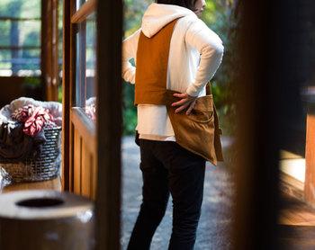 バックスタイルももたつかない、斬新なデザイン。エプロンなのに、まるでベストを着用しているかのようなデザインに脱帽です。