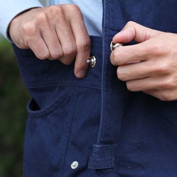 まるでオーバーオールのようなデザインは、両サイドに大きなポケット、そして下を向いても中身が飛び出ることがない、胸元の隠しポケット、そしてサイドのスナップボタンは、プチッと押すだけで着用完了。
