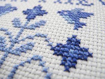 デンマーク刺繍の技法には、大きく分けてクロスステッチとヘデボ刺繍があります。 こちらはクロスステッチ刺繍。
