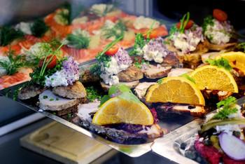 オープンサンドは日本でもおしゃれなカフェなどでよく見かけますが、デンマークではごく一般的な国民食。スモークサーモンや卵、瑞々しい野菜をのせていただきます。 スモーブローに使われるライ麦パンは、ミネラル豊富で栄養抜群なので、身体にも嬉しい一品です。