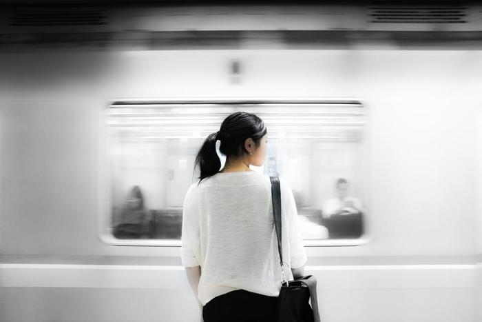 大都市では半数以上の人が電車やバスなどの移動時間に30分以上を費やしています。これは結構長いすきま時間。使わないのはもったいないですね。