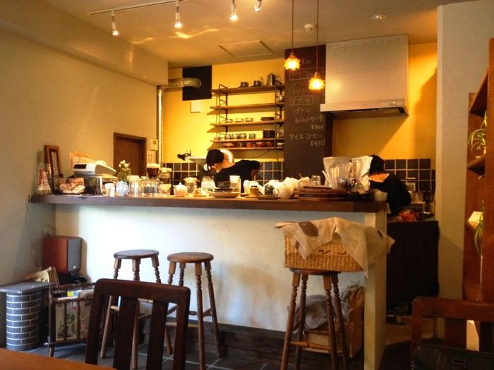 """そっと羽根を休められるようなお店にしたくて…そんな思いが込められた""""鳥の木珈琲 """" カウンター3席、テーブルが3つという小さなお店です。"""