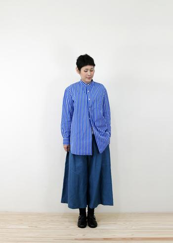 ロング丈のブルーストライプシャツをベースに、ゆったりとしたシルエットで今年らしいコーデに。同系色でまとめることで統一感のあるスタイリングです。