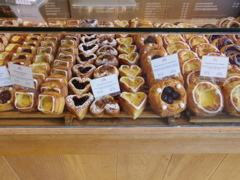 パン屋さんの人気者デニッシュは、実はデンマーク発祥なんです。デニッシュは英語で「デンマークの」という意味なんだとか。日本では、有名なパン屋さん「アンデルセン」の創業者が、コペンハーゲンのホテルで食べたデニッシュに感動し、日本でも発売、いろいろなパン屋さんに広まりました。