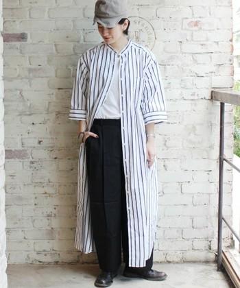 ホワイトをベースにしたストライプシャツ。ストレートのロング丈を選ぶことで、スタイル良く、また身長も高くみせてくれます。