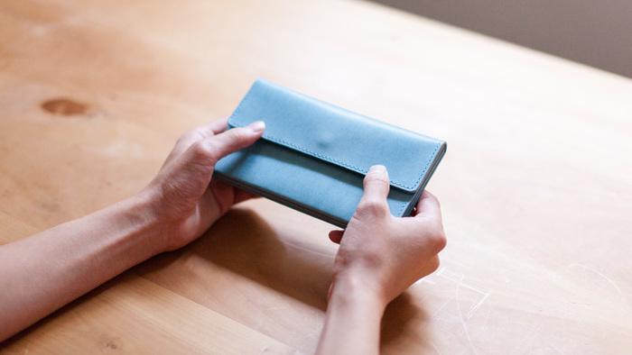 お財布は出掛ける際には必要不可欠なものですよね。たとえば、シンプルな革のお財布は何年も使えば使うほど味がでてきます。流行に左右されないお財布でワンランク上のシンプルを実現できます。