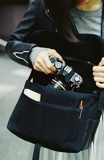 携帯のカメラではなく、お気に入りのカメラを持ち歩くのも良いですね。古いカメラはちょっと重いですが、写真好きさんはそれさえへっちゃらです。