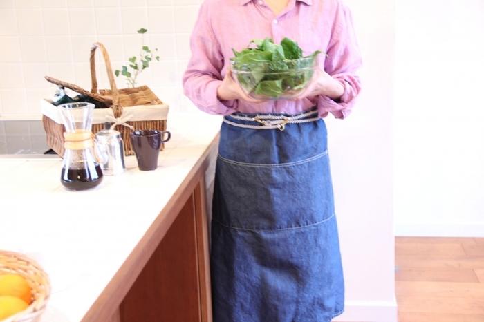 コットンロープにフックをひっかけるタイプのサロンエプロン。 膝下まである長めの丈もプロ仕様で本格的。魅せる料理が作りたくなるエプロンで、キッチンに立つのがワクワクしてきますよ。