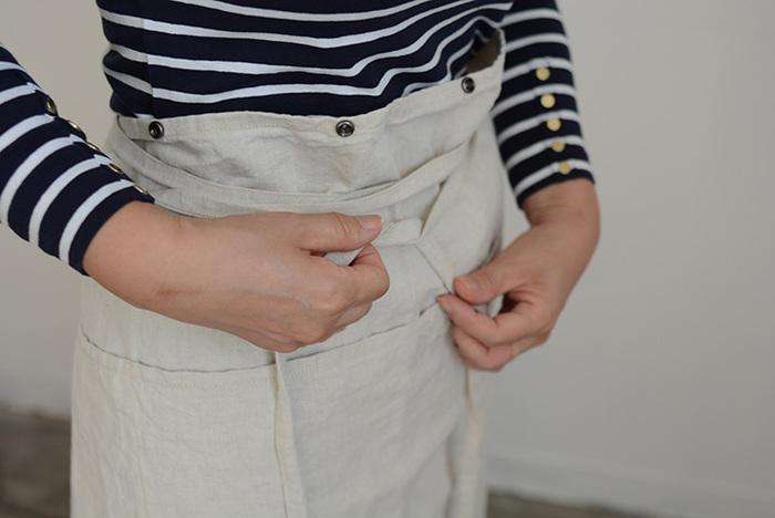 スナップボタンを外せば、ギャルソンエプロンになる、まるで洋服のようなデザインが特徴的で、使い勝手もいい2WAYスタイル。