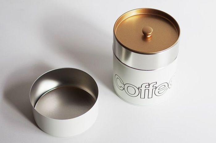 とても密封率が高いブリキ缶は、キッチンにいくつか並べてコーヒー豆を入れておいてもインテリアとして映えるデザインです。