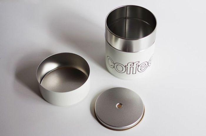 まさにコーヒー豆を入れるのに適した茶筒、職人の技が光る江東堂高橋製作所のコーヒー缶は、自分用にも、コーヒー好きな方への贈り物としても喜ばれる逸品ですね。