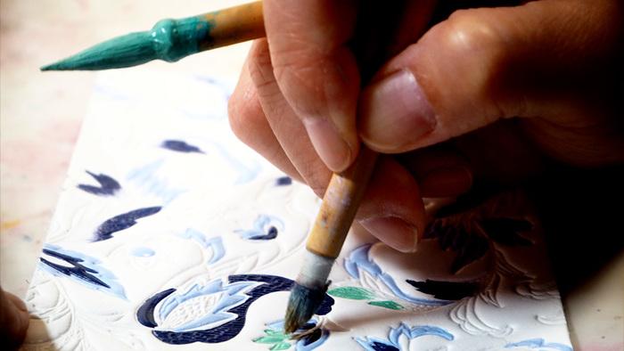 彩色は職人さんによる緻密な手作業なので色のバリエーションは無数。針の先のような細い筆での作業です。