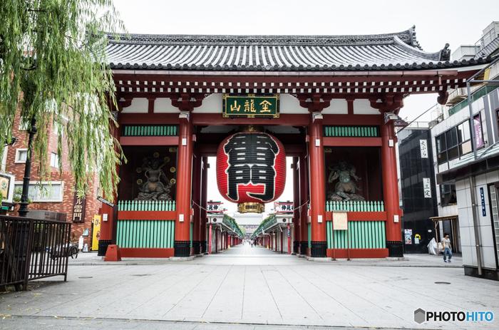 年間の観光客数が約4000万人を超えるという浅草。浅草寺の雷門は一目で「浅草!」と分かるほど有名なランドマークです。