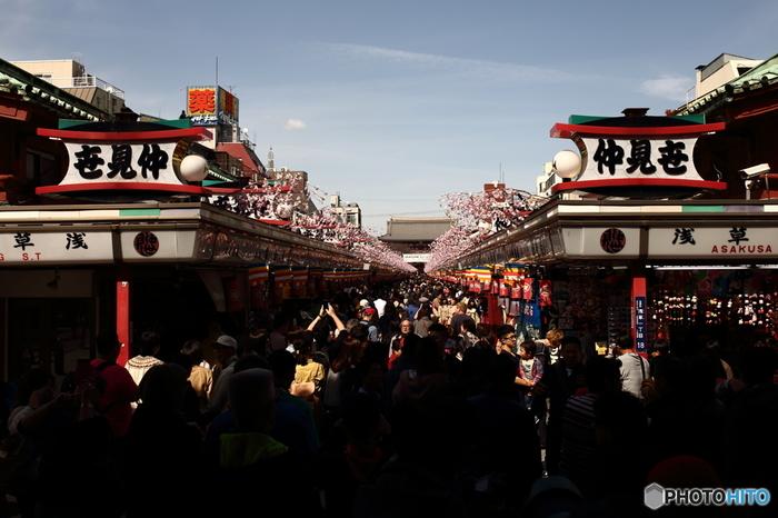 いつ訪れても多くの人で大混雑している印象の仲見世通り。外国人観光客の姿も増えました。