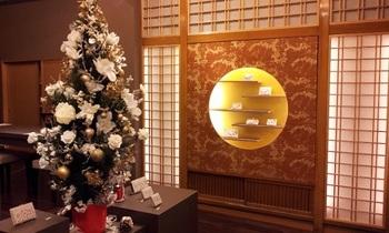 華やかで美しいディスプレイは季節により変わります。こちらは白木蓮のクリスマスツリー。