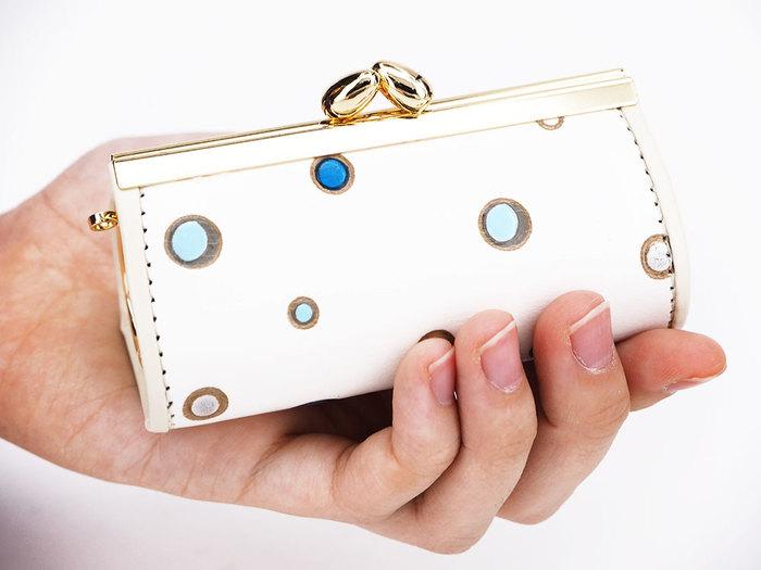 がま口式の小物入れは出し入れがしやすくちょっとした小物を収納するのに便利。ころっとした形がとてもキュートです。