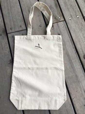ワンポイントで配したシジュウカラがさりげなくバッグを彩ります。可愛すぎず普段のお買い物にも使いやすいバッグです。