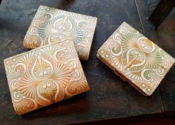 こちらは、ロカイユ柄の折財布。持つだけで背筋がピンとしそうなエレガントなデザイン、やわらかい色合いが女性らしさをそっと引き立ててくれます。