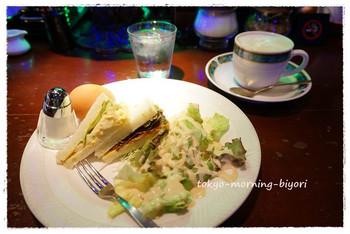 ドリンクに、プラス料金で付けられるモーニングは、破格! ・トースト+80円 ・サンド+70円 70円で、2種のサンドウィッチにサラダ、ゆで卵が付いてきます。玉子サンドと、トマトソースで和えたツナサンドとは贅沢ですね。ウインナーコーヒーとご一緒にどうぞ。
