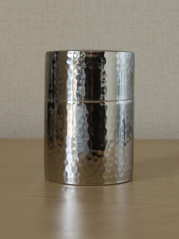 ティーキャンディーという、とってもキュートなネーミングの茶筒は、オールステンレスで、凛とした佇まいがとっても美しい。