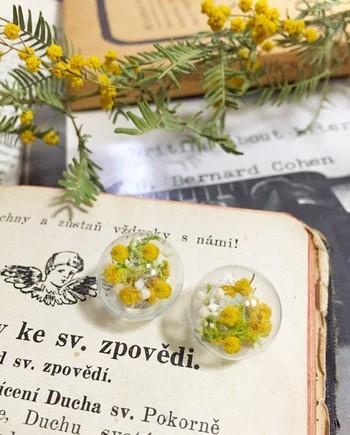 こちらのガラスドームのアクセも魅力的。ガラスパーツにお好みの花や実を入れて、ピアスやネックレスにできます。たくさん作って並べても可愛いですね。