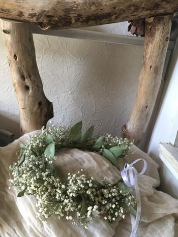 かすみ草の花冠はボリュームがあって華やか。ウェディングにもよく似合いますね。 花束では脇役として使われることの多いかすみ草ですが、実はこうしてメインに使うと主役級の存在感に。  野の花を花冠にする際は、よく乾燥させ、ワイヤーなどでベースとなる輪っかを作ると良いですよ。
