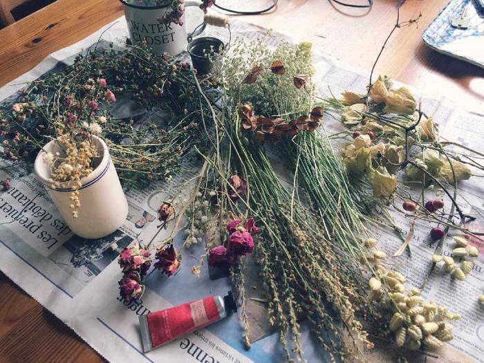 野の花を摘んできても、そのままにしておくとすぐに萎れてしまいます。ドライフラワーにすれば、いろいろなハンドメイドクラフトの材料にもなりますよ。