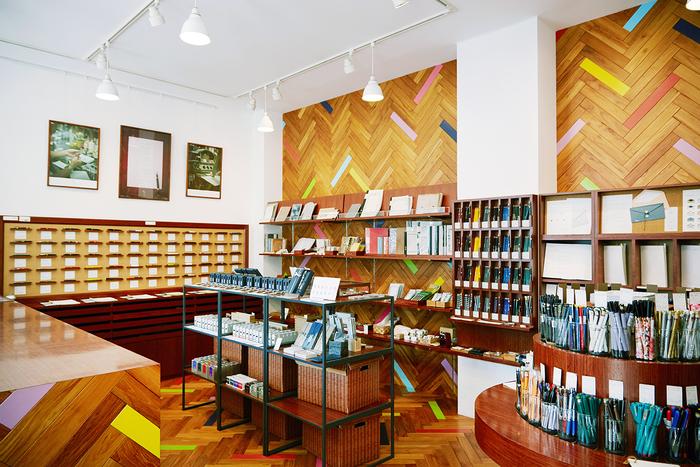 店内には鉛筆や万年筆といった筆記具、ノートや便箋をはじめ、様々な文房具が並べられています。どれもが、店主自ら選りすぐりのこだわりの逸品。眺めているだけでワクワクするような空間です。