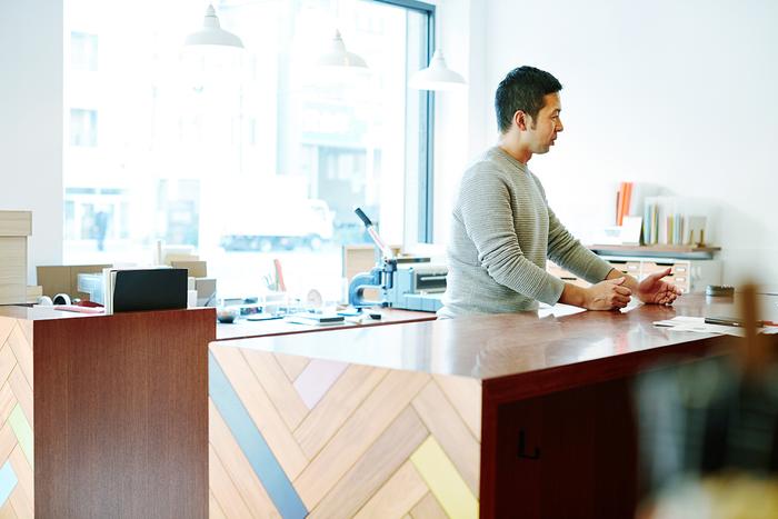 店主の広瀬琢磨さん。群馬県高崎市で文房具店を営む家業の3代目として、「書く」という文化を残していきたいという想いから、そのきっかけとなる場所を作るために2010年に『カキモリ』をオープン。