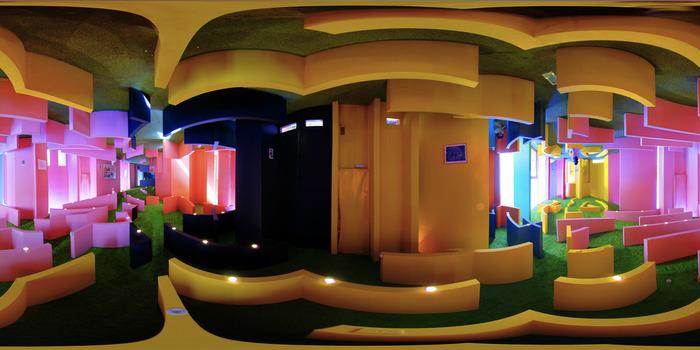 「十二単の羽衣」をイメージしたという通り、色鮮やかな波が幾重にも折り重なったような空間が特徴の『養老天命反転地記念館』。どこからともなく差し込む光が、屈折し、不思議な距離感を生み出します。