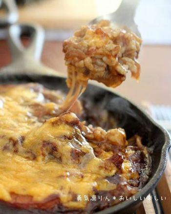 スキレットで炒めたものを、そのままオーブンに入れて焼けば、あつあつ本格的なドリアができますね。調理器具でもあり、器としても使えるスキレットは、後片付けも簡単で、しかもおしゃれ♪