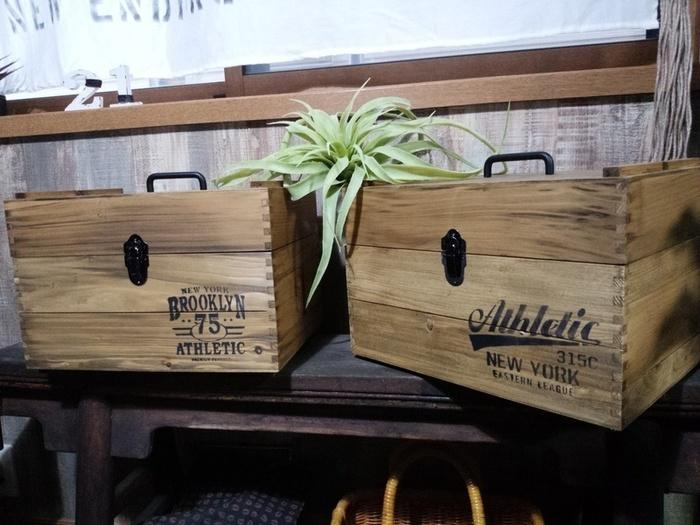 <用意するもの> ・木製スタッキングBOX(ここではカインズホーム KUMIMOKU スタッキングBOX L・LLサイズを使用しています) ・蝶番 ・持ち手 ・箱用金具 パッチン ・ドライバー ・メジャー ・インク ・スポンジ
